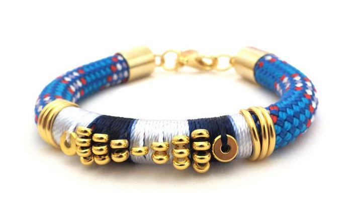 Bracelet coloré fait de cordelettes et d'éléments en or de la créatrice Céline H2O